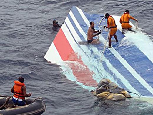 El primer cadáver de un ocupante del avión que cubría la ruta entre Rio de Janeiro (Brasil) y París (Francia), que se estrelló en junio de 2009, fue encontrado este jueves, según confirmó en un comunicado la Gendarmería francesa, encargada de la búsqueda.