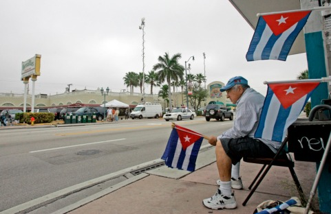 https://debatecubano.files.wordpress.com/2011/07/cubanos-en-el-versailles-de-miami.jpg?w=482&h=312