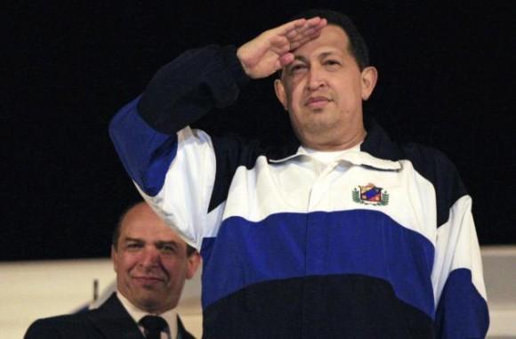 Hugo Chávez despidiéndose de los cubanos en el Aeropuerto Internacional José Martí. Foto: Ismael Francisco, Prensa Latina