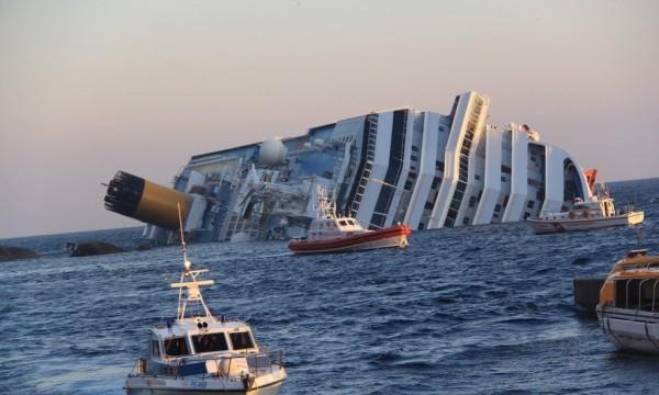 Vista del barco escorado 80 grados en aguas de la isla italiana de Giglio. EFE