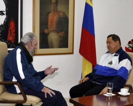 El ex presidente de Cuba, Fidel Castro y al presidente de Venezuela, Hugo Chávez, en un hospital en La Habana (AFP, --)