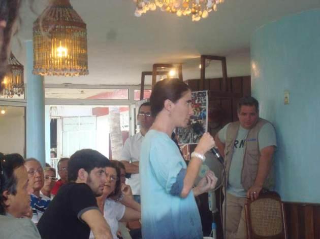 La bloguera mercenaria Yoani Sánchez hace su intrevención en el evento.