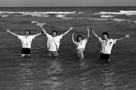 The Beatles, en una playa de Miami durante su gira por EEUU (1964). | Getty Images