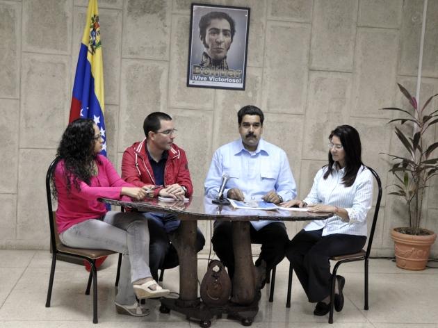 Imágen de la cadena donde Vicepresidente Maduro lee Comunicado Oficial