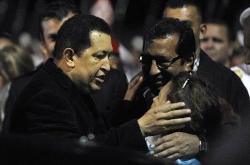 Chávez hablando con su hermano Adán Chávez el 16 de marzo de 2012. (AFP, Juan Barreto)