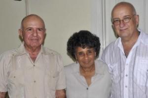 El fotorreportero Perfecto Romero (I), Gladis Egüez (C), de la Editorial de la Mujer, y José Alejandro Rodríguez (D), del diario Juventud Rebelde. Foto: AIN.