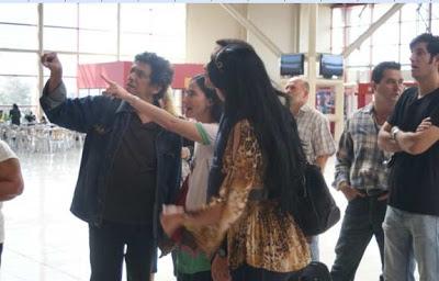 Reynaldo Escobar y Yoani Sánchez paseando por el aereopuerto cubano
