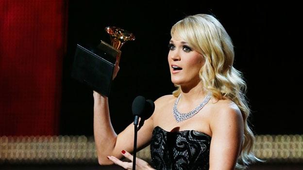 Carrie Underwood se llevó a casa un trofeo por la Mejor interpretación solista de country, con el tema 'Blown away' (Reuters)