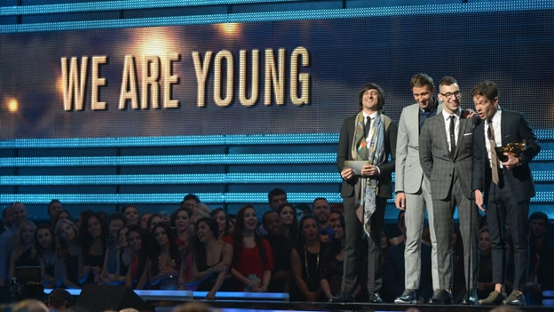 FUN obtuvo uno de los principales reconocimientos de la noche: Mejor canción del año, por 'We are young' (AFP)