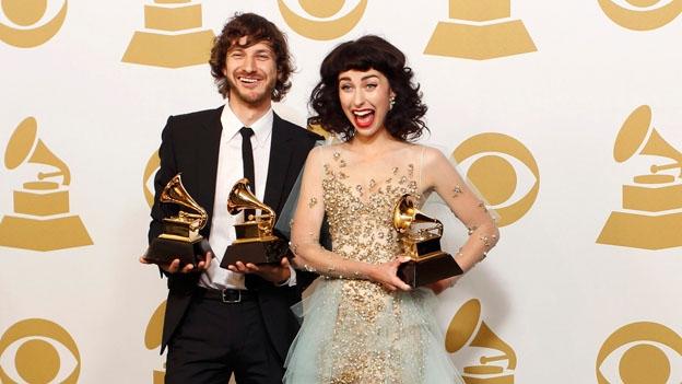 Gotye y Kimbra, ganadores en la categoría de Mejor dúo pop, con el éxito radial de 'Somebody that I used to know' (Reuters)