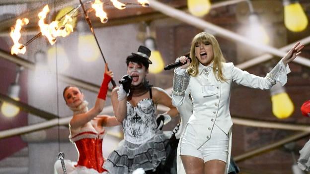Taylor Swift abrió la gala de los Grammy vestida como una domadora de circo (AFP)