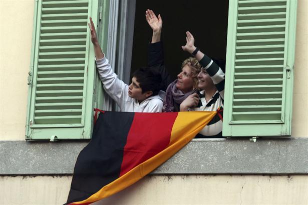 Unos fieles logran acaparar la atención del alemán Ratzinger con una bandera de su país frente a la ventana de Castelgandolfo. Foto: AP