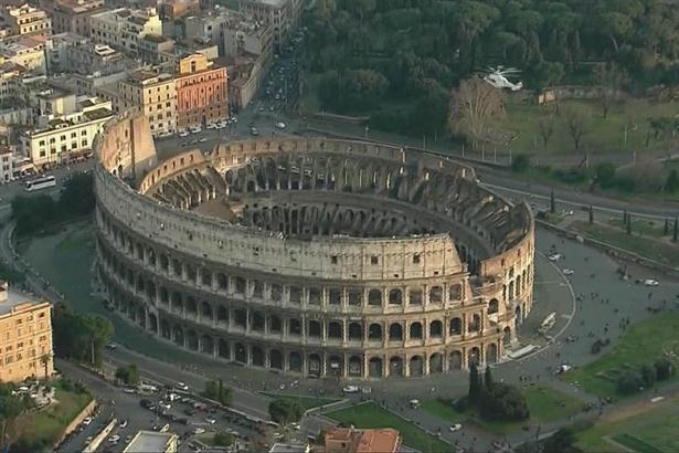 El Papa tuvo un último vuelo de privilegio, sobrevolando el Coliseo romano. Foto: AP