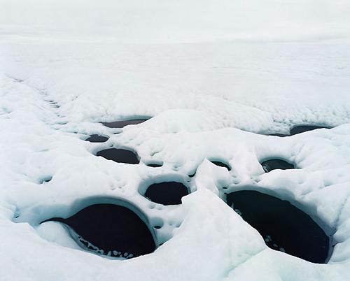 Hielo color turquesa, verde y azul cobalto brillo en el Ártico. Huecos negros que nos dicen que el desastre se acerca. En Groenlandia, la temperatura en los últimos veinte años ha descendido más de dos grados.
