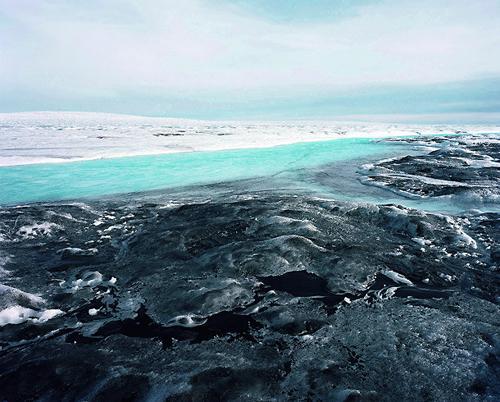 """El hollín y el polvo de carbón proveniente de las potencias que se niegan a firmar el Protocolo de Kioto como son América del Norte y China han llegado gracias al viento al hielo de Groenlandia donde se han instalado. El hielo color blanco refleja el sol, y los agujeros negro los absorbe. El polvo oscuro hace que se caliente el hielo y la velocidad de deshielo aumenta. Tras comprobar esto el fotógrafo explicó: """"Indirectamente, estamos afectando a la naturaleza, incluso en lugares donde no hay ni un hombre."""