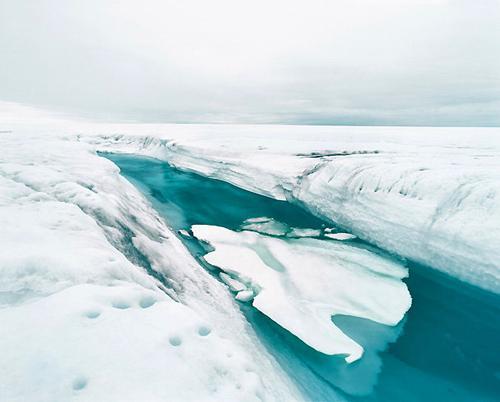 Más de 3.000 metros de espesor tiene la capa de hielo que cubre Groenlandia. Hielo que algunas zonas se calcula que tiene más de 130.000 años. Sin embargo, el hielo se desmoronando. Las mediciones por satélite muestran que el hielo se está derritiendo más rápido de lo previsto. Desde finales de 1990, el deshielo se acelera y el nivel del mar ha aumentado siete metros.