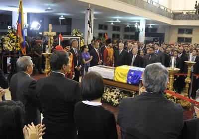 Equipo médico que atendió a Chávez realiza guardia de honor. Presidentes y asistentes a ceremonia le acompañan.