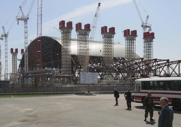 Vista de la estructura New Safe Confinement (NSC) en la planta nuclear de Chernóbil. The NSC será colocado encima del sarcófago existente tendrá un alcance de 247 metros (270 yardas) y un peso de 29.000 toneladas, cuando se ensamble. REUTERS/Gleb Garanich