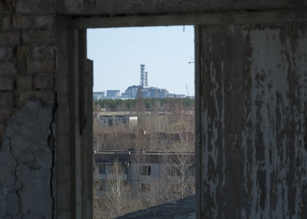 A containment shelter for the damaged fourth reactor at the Chernobyl Nuclear Power Plant is seen from Ukraine's abandoned town of Pripyat April 23, 2013. Ukraine will mark the 27th anniversary of the Chernobyl disaster, the world's worst civil nuclear accident, on April 26. REUTERS/Gleb Garanich (UKRAINE - Tags: DISASTER ENERGY ANNIVERSARY)