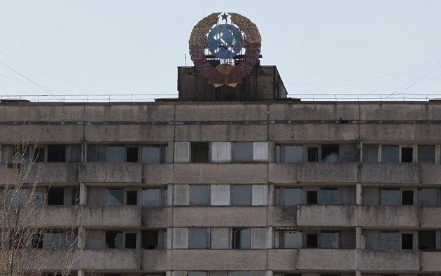 El escudo de armas de la antigua Unión Soviética se ve en techo de una casa en la la ciudad abandonada de Pripyat cerca de la planta de Chernóbil. REUTERS/Gleb Garanich