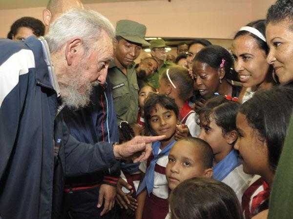 Construido en apenas 11 meses por iniciativa de Fidel, el centro cuenta con dos bloques docentes que incluyen aulas desde preescolar hasta sexto grado, biblioteca y laboratorio de computación, todo con una capacidad para 140 alumnos.