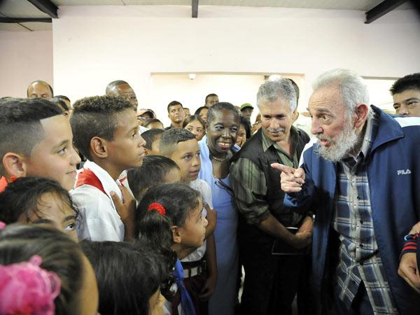 Fidel conversó durante unas dos horas con niños, maestros, constructores y vecinos de la comunidad. Autor: Estudios Revolución