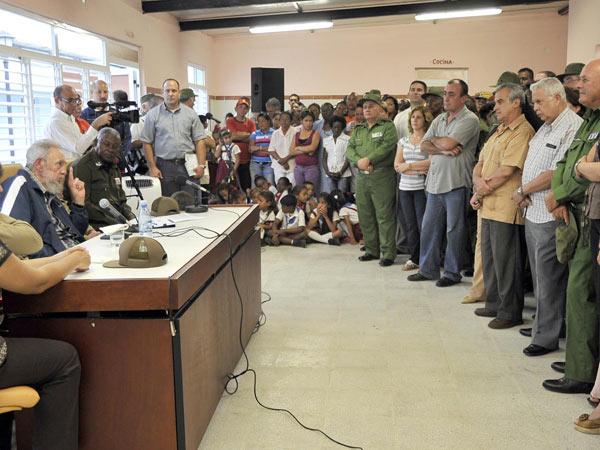 Fidel se refirió a la producción de alimentos en el país, la necesidad de diversificar los cultivos para incrementar los rendimientos y a las características del Complejo Educacional «Vilma Espín Guillois».