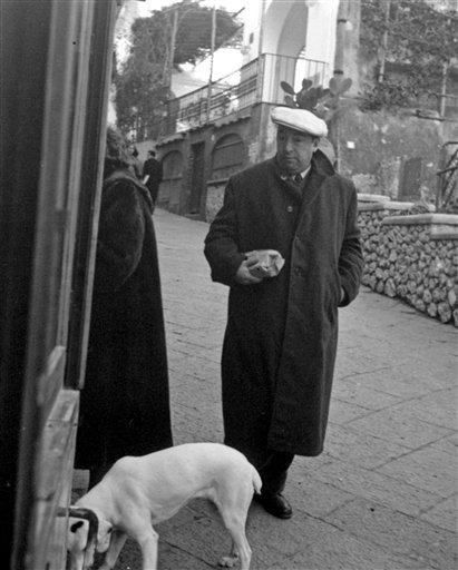 En esta fotografía de archivo del 14 de febrero de 1952 el poeta chileno Pablo Neruda pasea por Capri, Italia.Lo más factible es que los esfuerzos del chofer y asistente del poeta, quien en los últimos 23 años ha venido hablando públicamente de la hipótesis del asesinato, no conduzcan a ningún lugar cuando se exhume su cuerpo para intentar determinar si el poeta murió en medio de un tratamiento contra un cáncer de próstata ofue asesinado por un médico que habría sido contratado por la dictadura para inyectarle un veneno. (AP foto/Archivo)