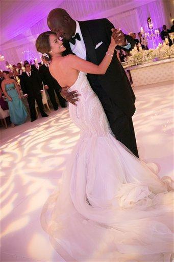 En esta foto provista por JUMP.DC, el propietario de los Bobcats de Charlotte, Michael Jordan baila con su nueva esposa Yvette Prieto durante la recepción de su boda en Florida, el sábado 27 de abril de 2013. Más de 300 invitados asistieron al festejo, entre ellos Tiger Woods, Patrick Ewing y Ahmad Rashad. (Foto AP/JUMP.DC, Joe Buissink)