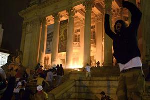 """Al grito de """"Si el pasaje no baja, Río para"""", los manifestantes recorrieron varias calles céntricas de Río de Janeiro. Foto: AFP"""