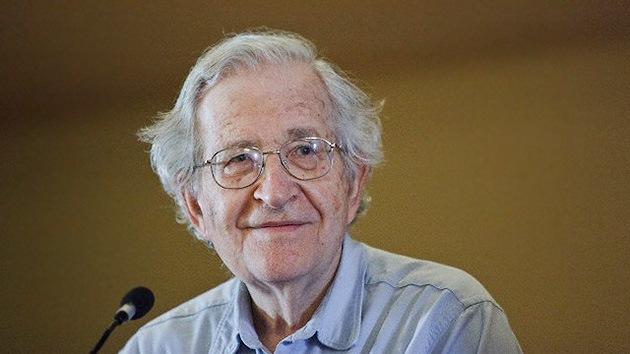 Desde la Crisis de los Misiles de Cuba hasta el frenesí de los combustibles fósiles, EE.UU. tiene la intención de ganar la carrera hacia el desastre. Esa es la opinión del filósofo, lingüista y activista estadounidense Noam Chomsky.