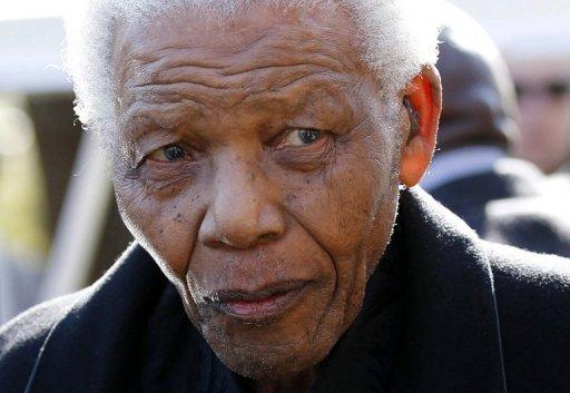 El expresidente sudafricano Nelson Mandela, en el funeral de una nieta, en el año 2010. (AFP/Archivo, Siphiwe Sibeko)