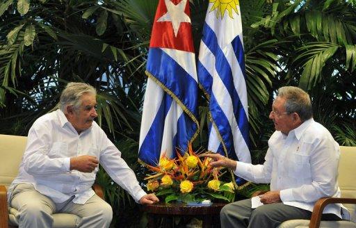 El presidente uruguayo, José Mujica (I), junto a su homólogo cubano, Raúl Castro, este miércoles en La Habana (AFP/Pool, Ernesto Mastrascusa)