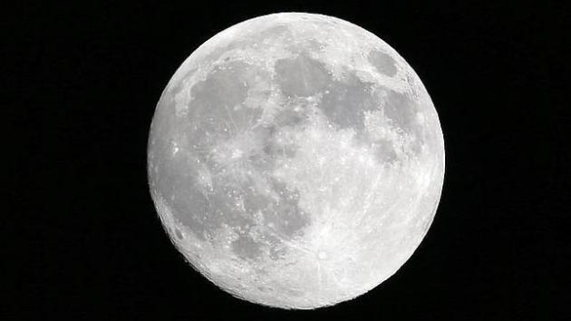 EFE La NASA ha anunciado que se han encontrado pruebas de agua en partículas o granos minerales en la superficie de la Luna