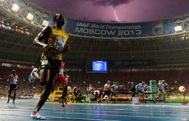 Bolt deja además una de las fotos más curiosas de los Mundiales de Atletismo: un rayo cayendo mientras ganaba la final de los 100 metros: TOPSHOTS / AFP PHOTO / OLIVIER MORIN