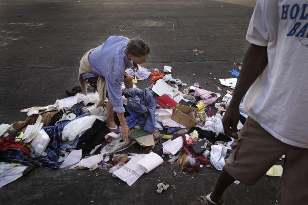 Una mujer busca en la pila de basura algo que le resulte de utilidad. (AP/Jae C. Hong).