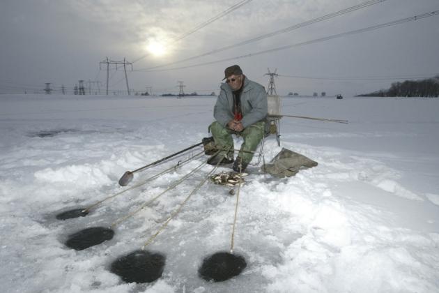 La pesca en hielo no es solo entretenimiento y relax, también es una prueba de resistencia. No todo el mundo es capaz de estar sentado en el frío durante horas seguidas a la espera de pescar algo. Además siempre está el riesgo de caerse en el hielo.  FOTO: AFP/East News