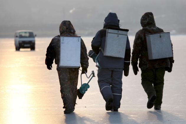 En invierno los pescadores utilizan una cantidad enorme de herramientas como taladros de hielo, picahielos (una larga barra metálica que se usa para hacer agujeros y comprobar la fuerza del hielo), pértigas (para sacar los peces más grandes), sillas, trineos y esquís. FOTO: RIA Novosti