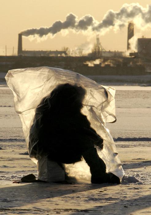 Hay varios métodos de pesca de invierno. Cuando se pesca con mormishka (un señuelo de pesca ruso) o señuelo de cuchara, los pescadores se mueven de un sitio a otro del hielo. Si el pescador utiliza una caña y señuelo flotante se quedará en el mismo sitio durante un largo tiempo. En este caso necesita protegerse del viento. FOTO: Reuters