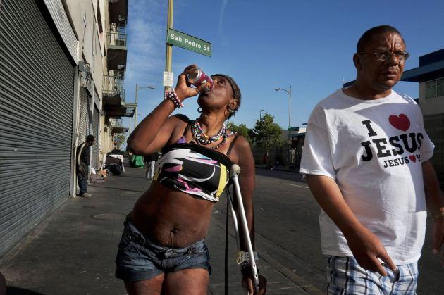 Antoinette Theus, de 45 años y 'sin techo' durante 30 años, bebe un refresco en Los Ángeles. (AP/Jae C. Hong).