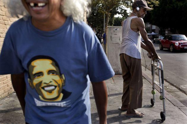 Cesar Solozano, de 60 años, un antiguo 'sin techo' y recuperado de su adicción a las drogas y al alcohol, se ríe mientras espera para cruzar la calle en Skid Row, Los Ángeles. (AP/Jae C. Hong).