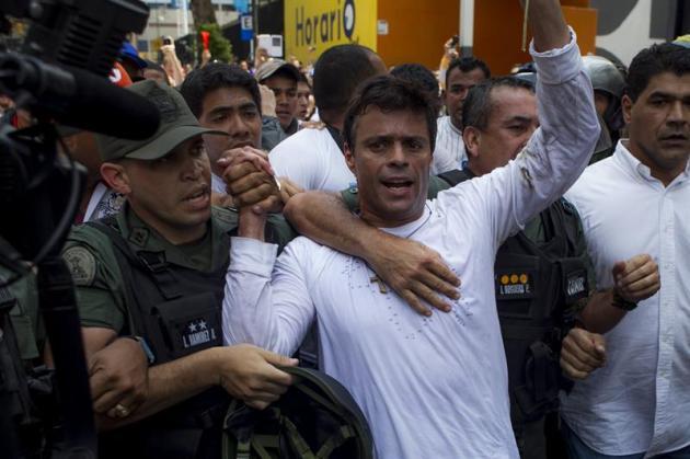 El dirigente opositor venezolano Leopoldo López se entrega a miembros de la Guardia Nacional en una plaza en Caracas