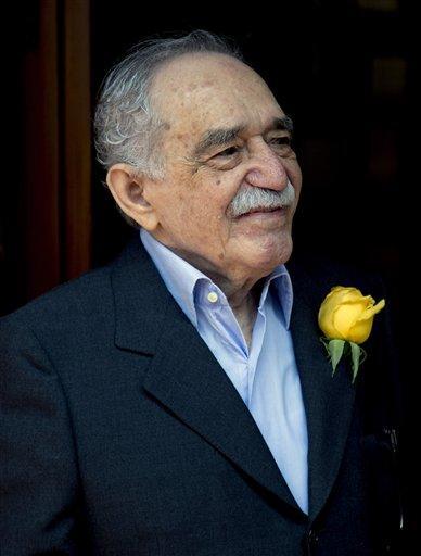 ARCHIVO - En esta foto de archivo del 6 de marzo de 2014, el premio Nobel de literatura colombiano Gabriel García Márquez saluda a admiradores y periodistas frente a su casa en Ciudad de México. García Márquez fue dado de alta de un hospital el martes 8 de abril de 2014 en la capital mexicana. Cumplió recientemente 87 años. (AP Foto/Eduardo Verdugo, File)