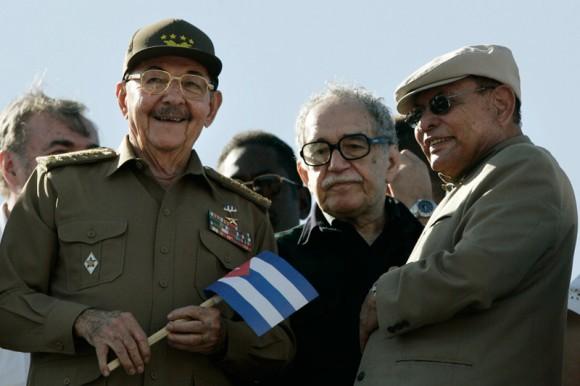 Raúl Castro, García Márquez y Tomás Borge, en el acto por el 50 aniversario de la Revolución Cubana. Foto Reuters.