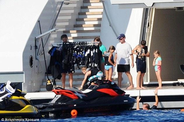 Aventura: La familia Gates, se dispone a bordo de la moto de agua $ 5 millones a la semana Superyacht El Serene que el multimillonario es el alquiler del propietario de la marca de vodka Stolichnaya