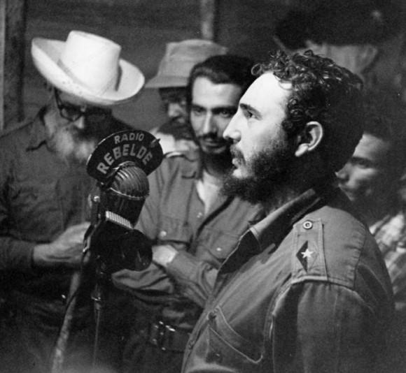 El 17 de mayo de 1959 Fidel firmó la Ley de Reforma Agraria en el lugar desde se transmitía Radio Rebelde. Lleva ya el grado de Comandante bordado en su uniforme verde olivo. Foto: Archivo de Granma