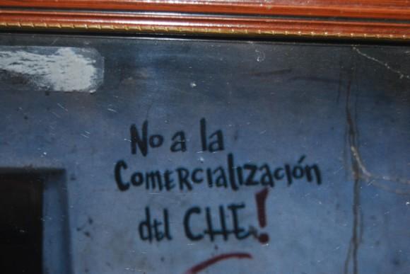 """""""No a la comercialización del Che"""", pintada en La Higuera. Foto: Víctor Casaus."""