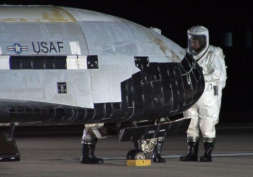 Personal de la Fuerza Aérea de Estados Unidos inspecciona la nave espacial secreta no tripulada X-37B, el 3 de diciembre de 2010 en California (USAF/AFP/Archivos | -)