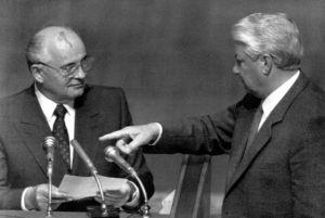El Presidente Ruso, Boris Yeltsin apunta al Presidente Soviético, Mijail Gorbachov, durante una sesión en el Parlamento Ruso, durante el Golpe de Estado en la Unión Soviética en Agosto de 1991. / GENNADY GALPERIN (REUTERS)