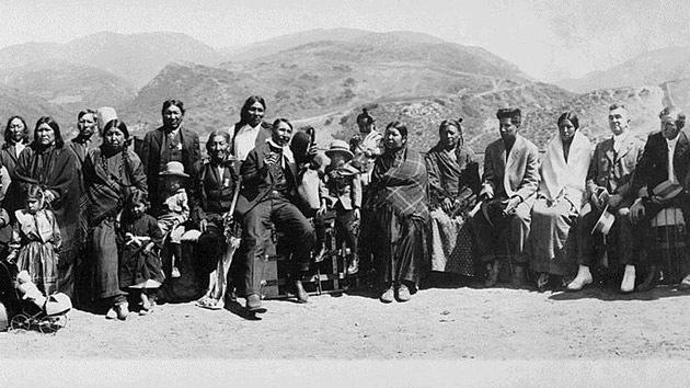 Genocidio indígena. Durante siglos, los indios fueron perseguidos y asesinados por el Gobierno norteamericano. En el siglo XX EE.UU. inició un plan de esterilización forzada de mujeres indígenas pidiéndoles bajo amenaza que lo firmaran un formulario especial en un idioma que no entendían. © Wikipedia